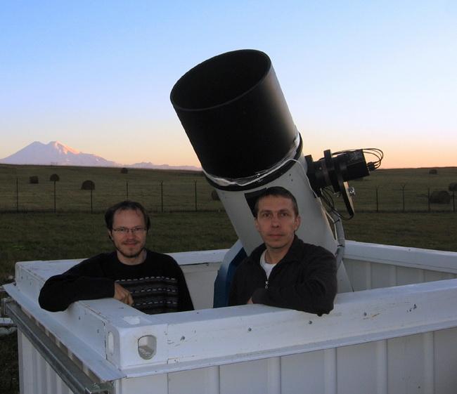 Артём Новичонок и Виталий Невский в павильоне телескопа САНТЕЛ-400А на фоне Эльбруса